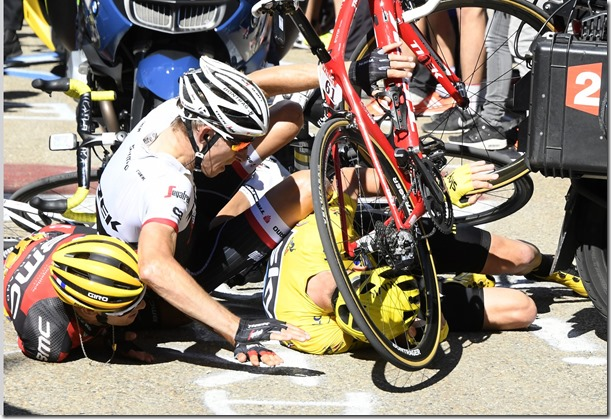 froome%20crashes%20on%20ventoux[1]
